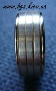 Мужское кольцо из комбинированного золота «Стиль» без камней