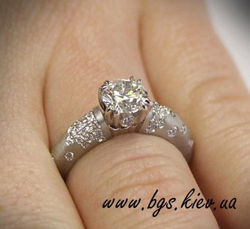 помолвочное кольцо вместе с обручальным в белом золоте с драгоценными камнями