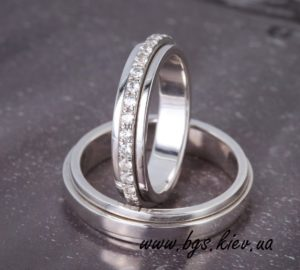 золотое обручальное кольцо белым золотом