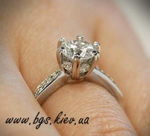 Помолвочное кольцо с бриллиантами фото на руке