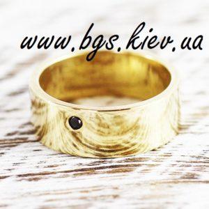 Широкое обручальное кольцо из желтого золота с черным бриллиантом