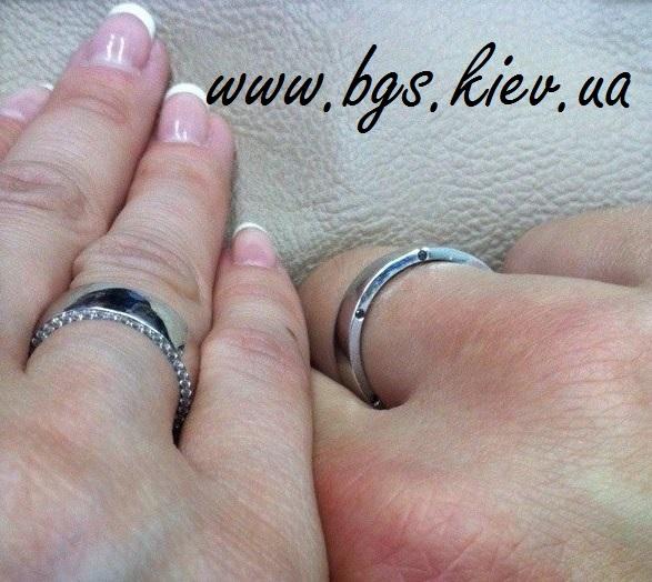 в Киеве обручальные кольца на руке из белого золота «Маджента» с камнями в мужском и женском кольцах