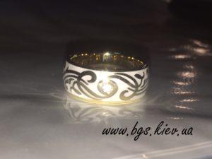 Обручальные кольца с эмалью, Кольцо из желтого золота «Сон в летную ночь» с эмалью и узором