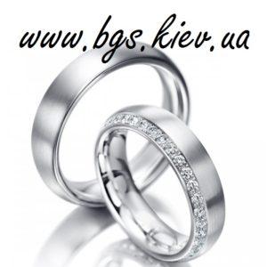 Свадебное кольцо из белого золота с полоской из камней