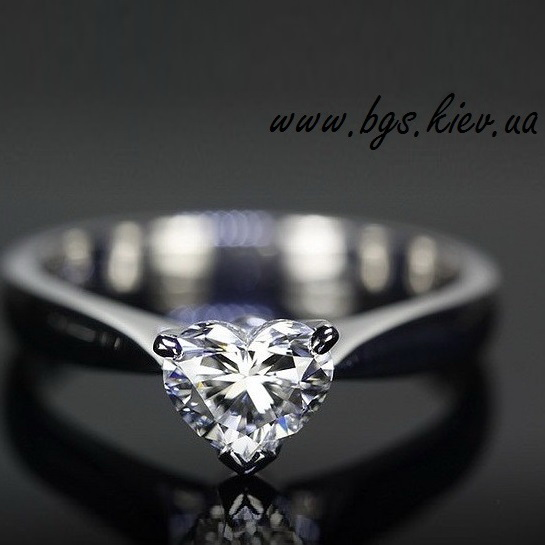 Кольцо с камнем сердце