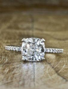 Помолвочное кольцо на руке, какое, помолвочное кольцо пальце, помолвочное кольцо на каком пальце, на каком пальце носят помолвочное кольцо, помолвочное кольцо на руке, помолвочное кольцо на какой руке