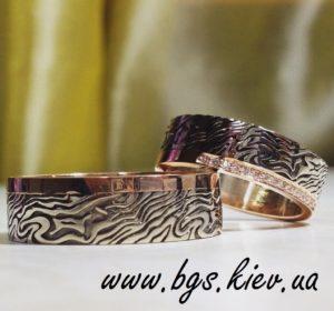 Свадебные кольца из комбинированного золота с узором «Дикая орхидея»