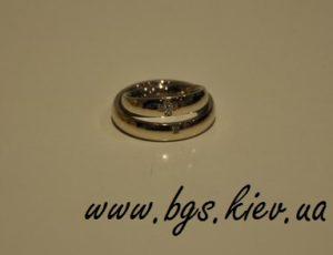 Венчальные кольца из белого золота, живое фото