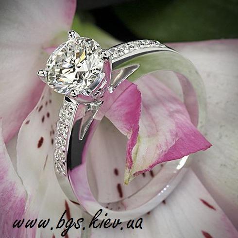 золотое кольцо с бриллиантом в белом золоте