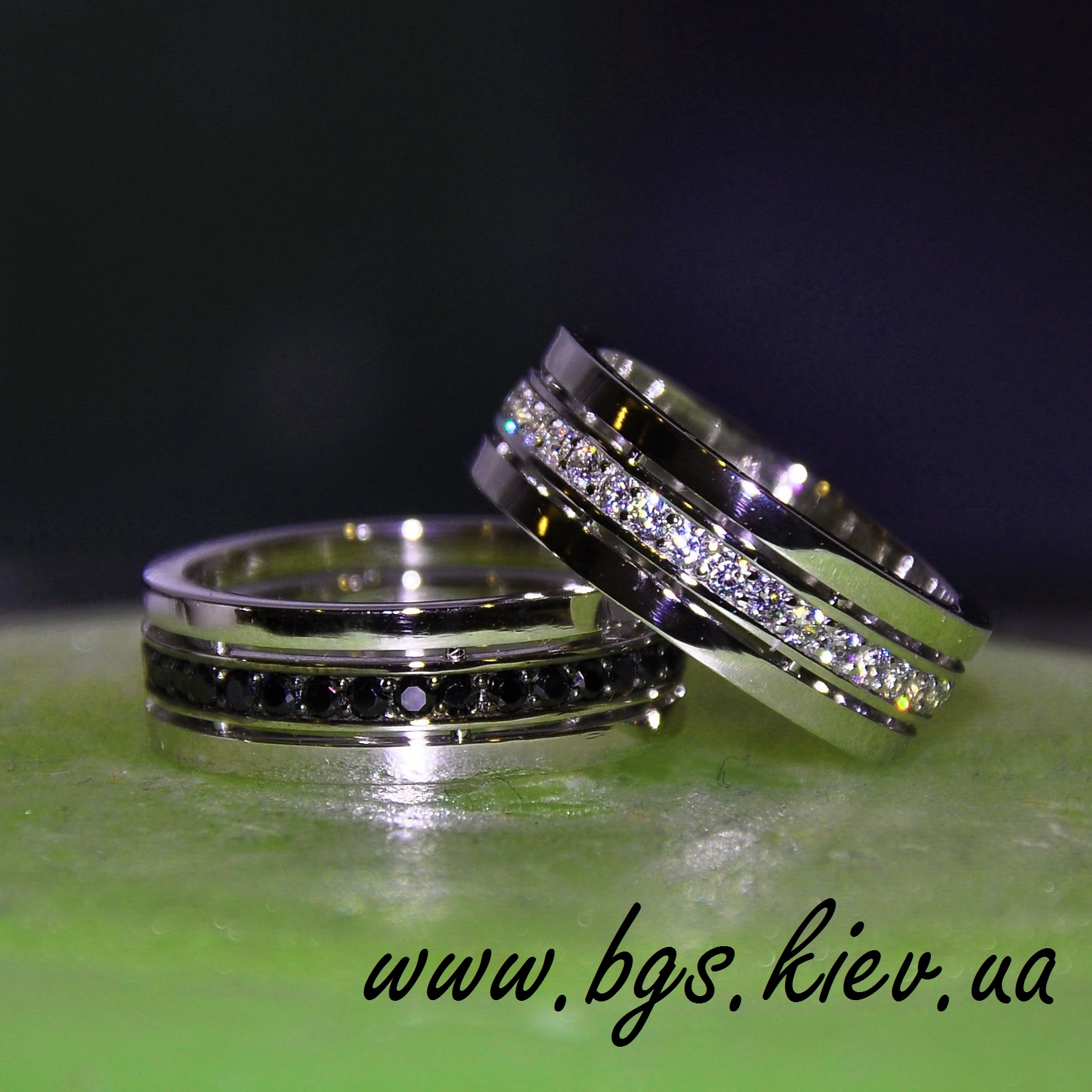 Обручальные кольцо из белого золота с черным бриллиантом