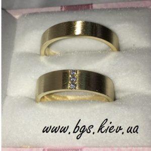 Обручальные кольца с тремя камнями американка желтое золото